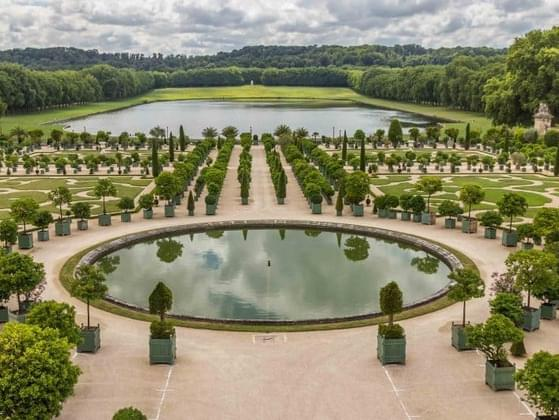Which of the following was a feature of many 18th-century European gardens?